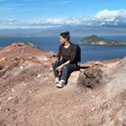 Betragt verden fra toppen af vulkanen Eldfell på Vestmannaøerne. Indånd den friske luft og lad dig forføre af den storslåede islandske natur.