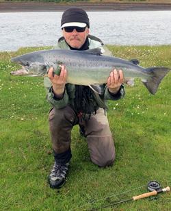 Lars Viberg fra ISLANDSREJSER - her på laksefiskeri i Island.