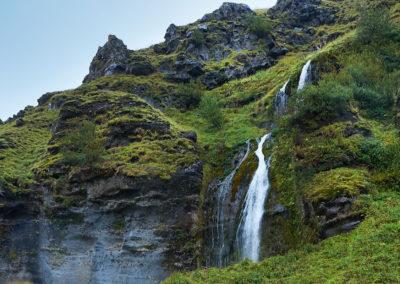 Klassisk vandfald og mos i Island på kør-selv ferie bilferie og grupperejser i Island med ISLANDSREJSER