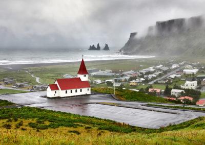 Kirken i Vik med udsigt til Reynisdranger Islandske heste og Reynisdrangar ved Vik på kør-selv ferie, bilferie og rejser til Island med ISLANDSREJSER